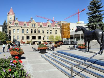 Glenbow Museum, Stephen's Avenue Mall, City Hall, Fort Calgary si Devonian Gardens.